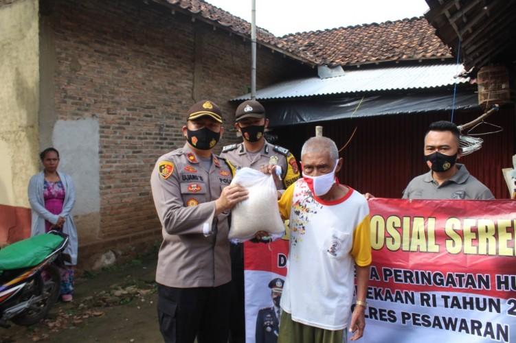 Polres Pesawaran Bagikan 50 Paket Sembako ke Warga Kurang Mampu