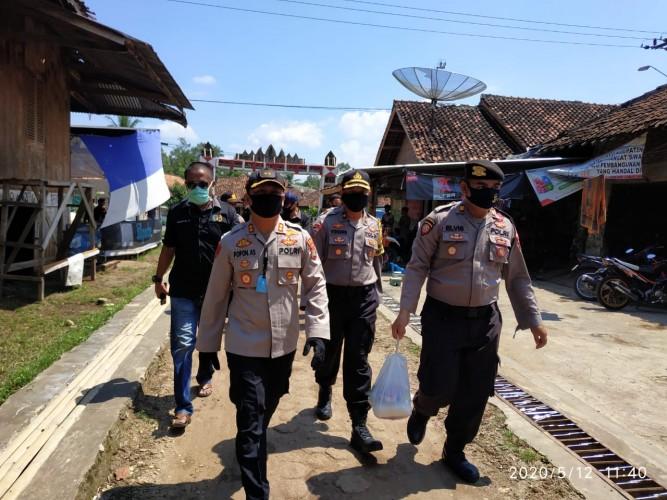 Polres Pesawaran Bersama PWI Bagikan Sembako ke Warga Terdampak Covid-19