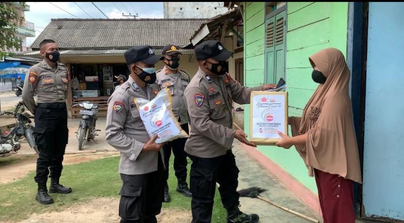 Polres Pringsewu Bagi-bagi Sembako untuk Warga Terdampak Covid-19