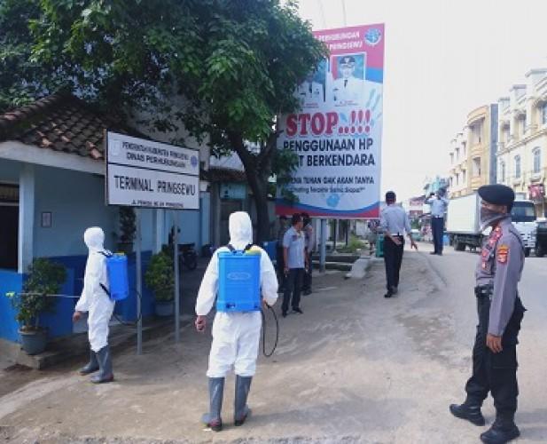 Polres Pringsewu Semprot Disinfektan di Sejumlah Lokasi