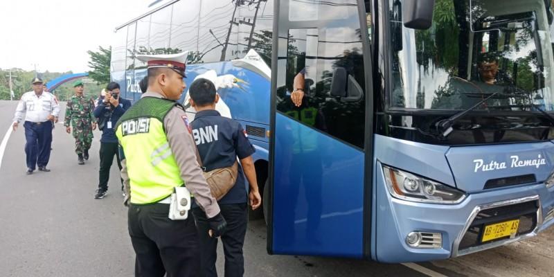 Polres Way Kanan Gandeng BNN Tes Urine Sopir Bus