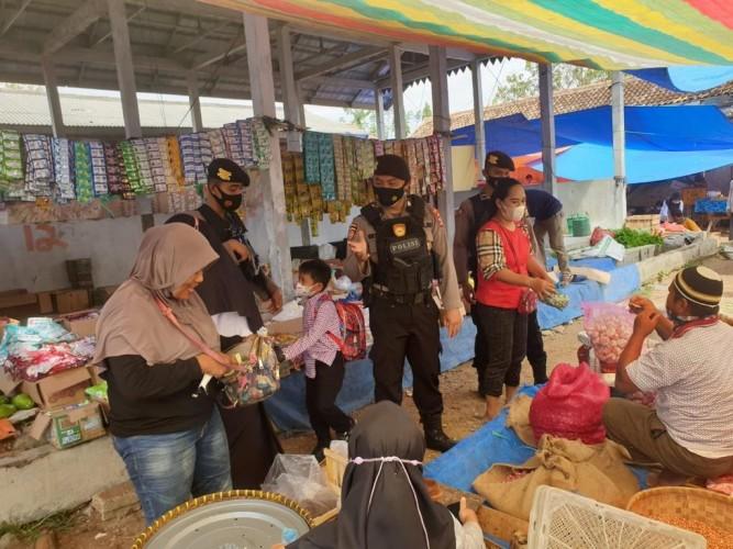 Polres Way Kanan Tegur Warga Tak Taat Prokes di Pasar Blambangan Umpu