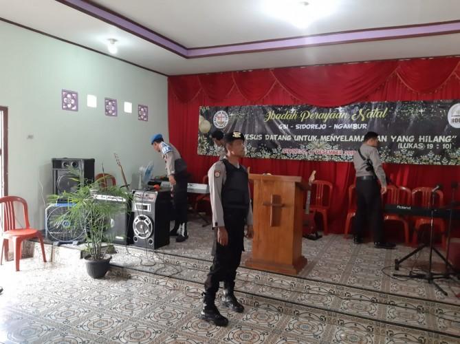 Polsek Bengkunat Lakukan Sterilisasi Gereja di Ngambur