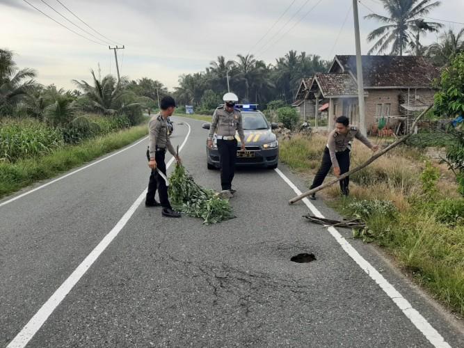 Polsek Bengkunat Pasang Tanda Peringatan Jalan Berlubang di Jalinbar