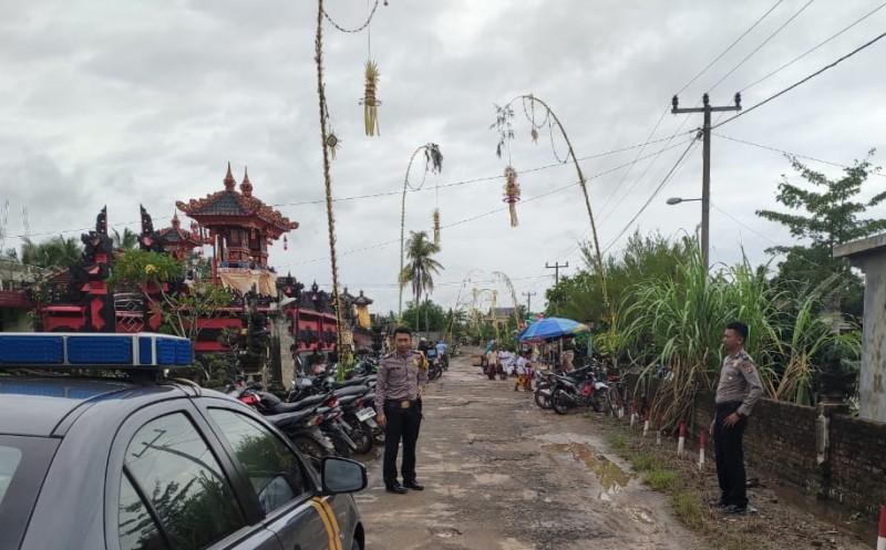 Polsek Buay Bahuga Amankan Perayaan Galungan di Pure Bali Banjar