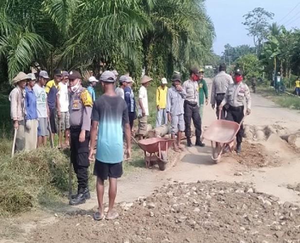 Polsek Kalirejo dan Warga Bergotong Royong Timbun Jalan Rusak