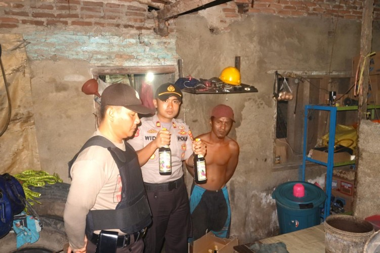 Polsek Katibung Sita Ratusan Botol Miras di Beberapa Warung