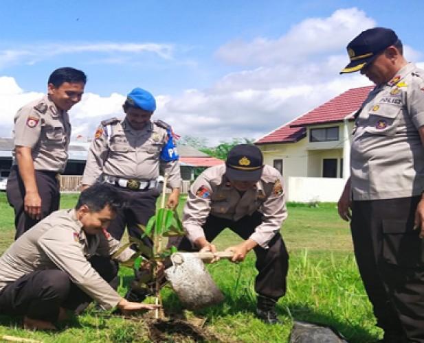 Polsek Pesisir Tengah Lakukan Penghijauan di Lingkungan Sekitar