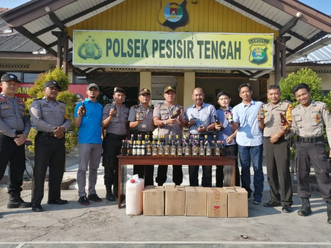 Polsek Pesisir Tengah Sita Puluhan Botol Miras dan Tuak