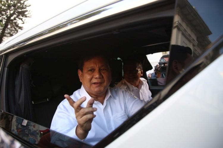 Prabowo Menyumbangkan Gaji buat Amal