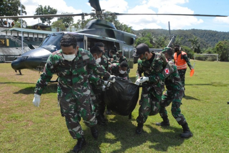 Prajurit TNI Gugur Diserang KST Saat Evakuasi Nakes