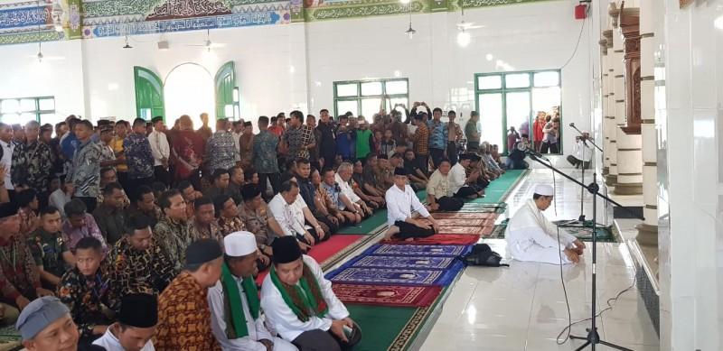 Presiden Jokowi Pimpin Salat Jamak di Masjid Agung Almuhajirin