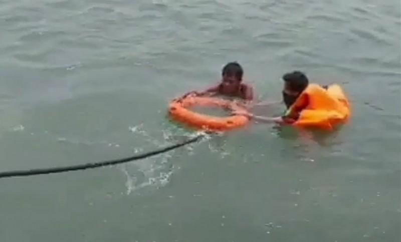 Pria Diduga Depresi Berenang Tanpa Busana di Teluk Semaka