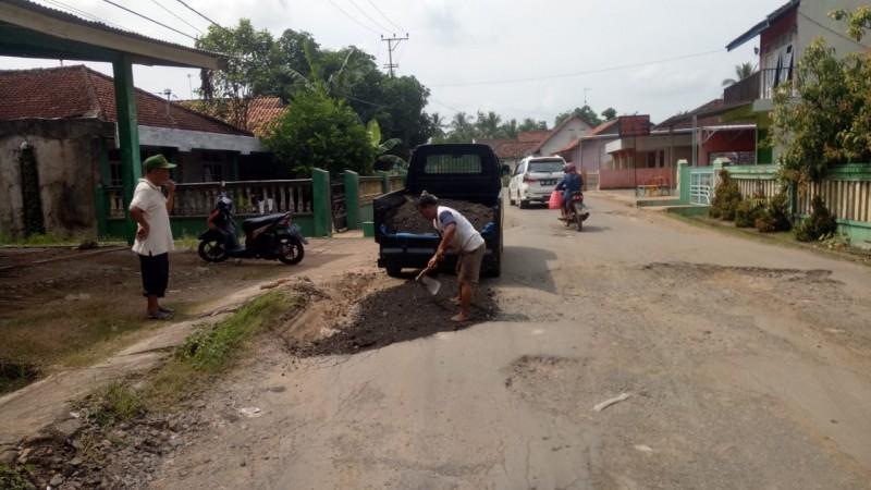 Prihatin Jalan Rusak, Warga Rejosari Perbaiki Jalan Secara Swadaya