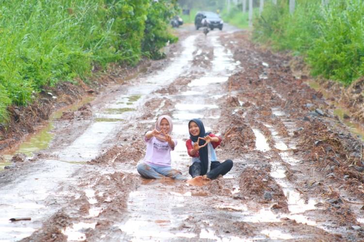 Protes Jalan Rusak, Dua Gadis di Rawajitu Berkubang Lumpur