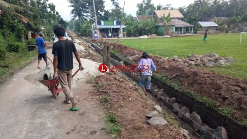 Proyek Drainase di Sukaraja Dinilai Tak Transparan