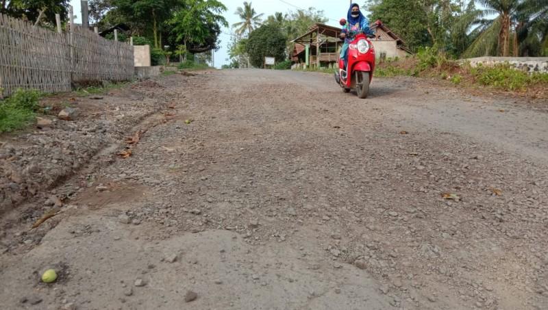 Proyek Jalan Senilai 1,4 Miliar di Sidomulyo Diduga Asal Jadi