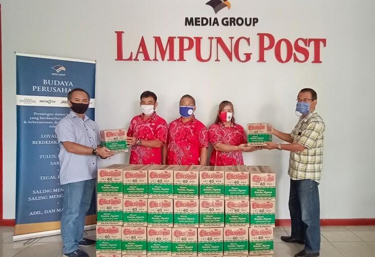 PSMTI Bandar Lampung Serahkan Bantuan Mie Instan ke Lampung Post