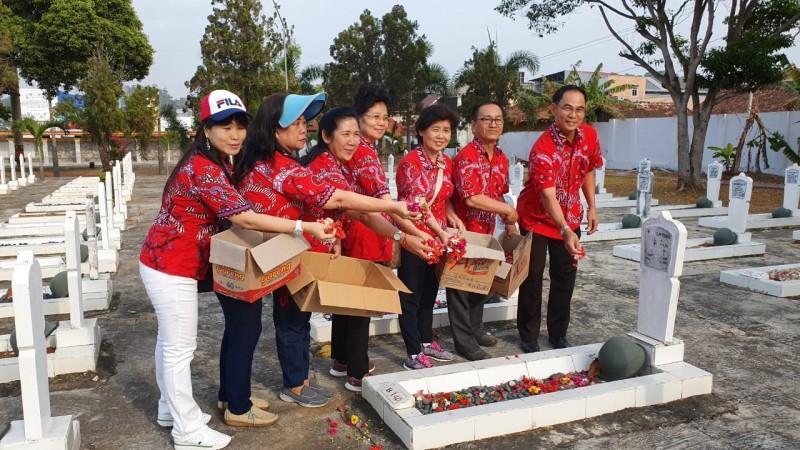 PSMTI Lampung Tabur Bunga di Makam Pahlawan