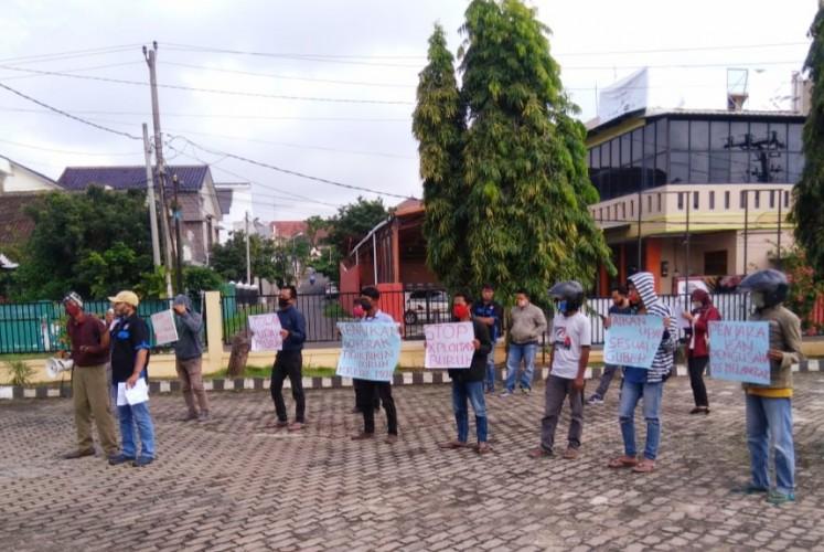 Puluhan Buruh Tuntut Pembayaran Upah Layak