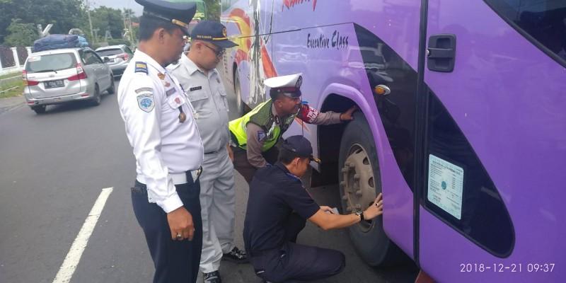 Puluhan Bus di Lamsel Uji Kelayakan Kendaraan