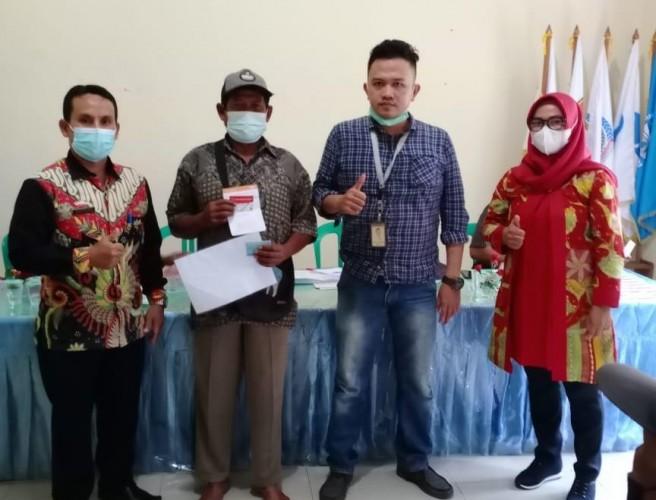 Puluhan Keluarga di Bandanhurip Lamsel Terima Kartu KKS