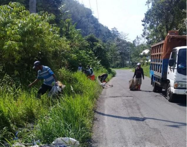 Puluhan Petugas Kebersihan Sisir Sampah di Pinggir Jalan