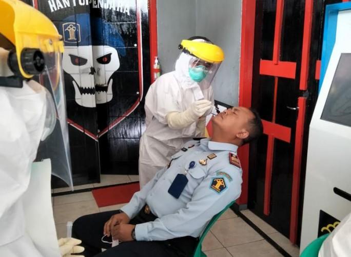 Puluhan Petugas Rutan Kotaagung Ikuti <i>Rapid Test Antigen</i>