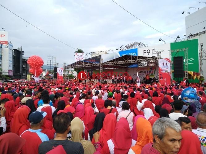 Puluhan Ribu Warga Padati Tugu Adipura Ikuti Jalan Sehat Bareng Jokowi