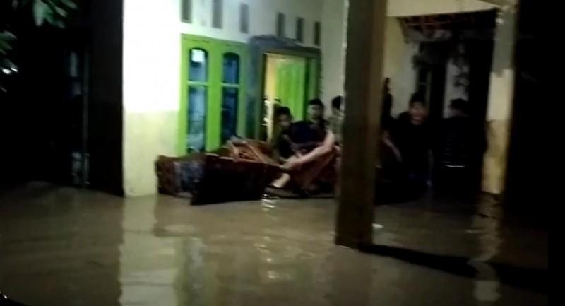 Banjir Setinggi Dua Meter Rendam Puluhan Rumah di Wonosobo Tanggamus
