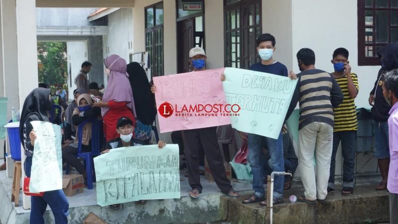 Puluhan Warga Sinarpalembang Tuntut Kepala Desa Mundur