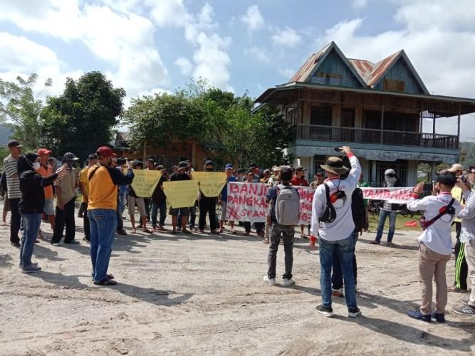 Puluhan Warga Tuntut Tambang Galian C di Way Warkuk Sukau Ditutup
