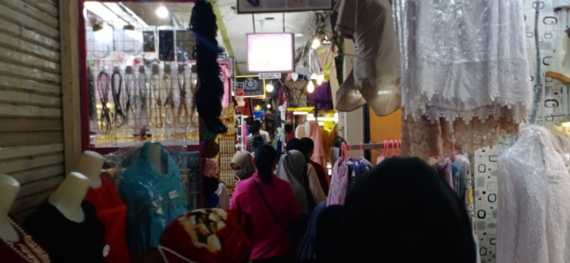 Pusat Perbelanjaan dan Toko Pakaian Mulai Dipadati Pengunjung