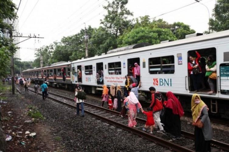 Rangkaian KRL Bogor Terguling