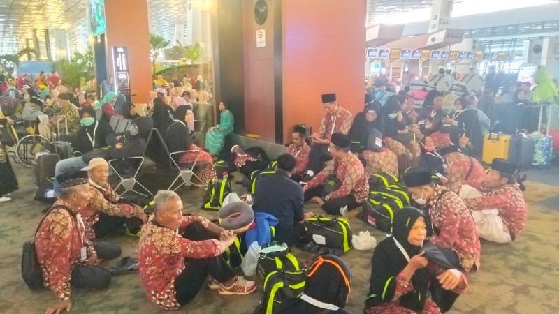 Ratusan Calon Jemaah Umrah Tertahan di Bandara Soetta