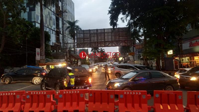 Kendaraan Mengular Akibat Penutupan Jalan di Bandar Lampung