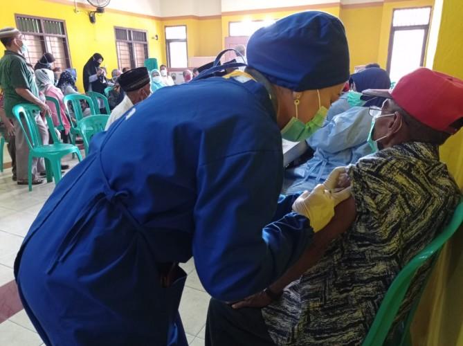 Ratusan Lansia di Natar Ikuti Vaksinasi Tahap Pertama