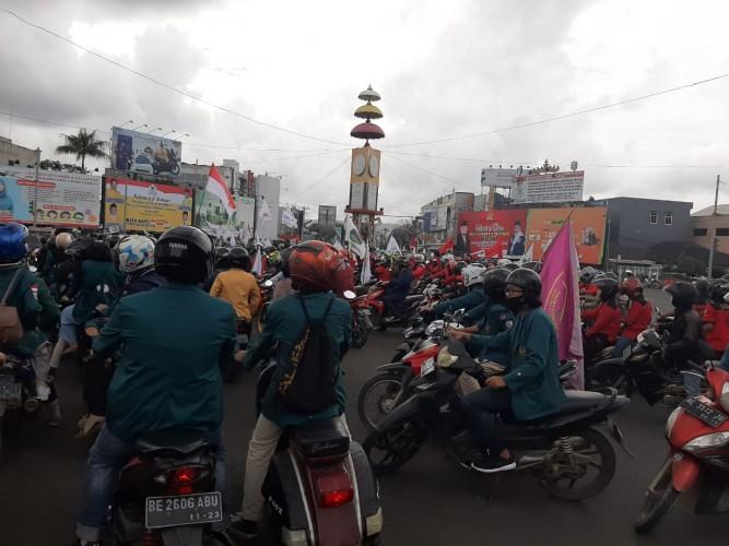 Ratusan Mahasiswa Geruduk Kantor DPRD Lampung