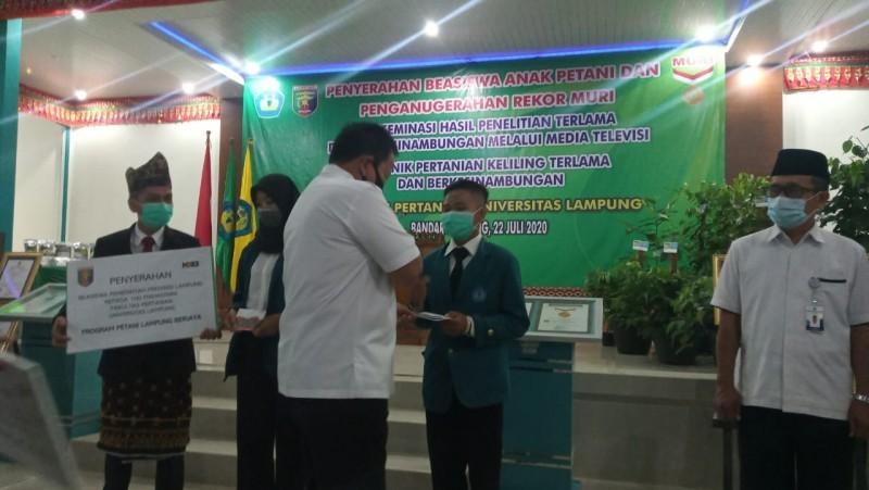 Ratusan Mahasiswa Terima Beasiswa Petani Berjaya