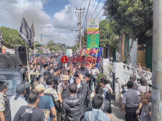 Massa Datangi Kantor Kejari Lampung Utara