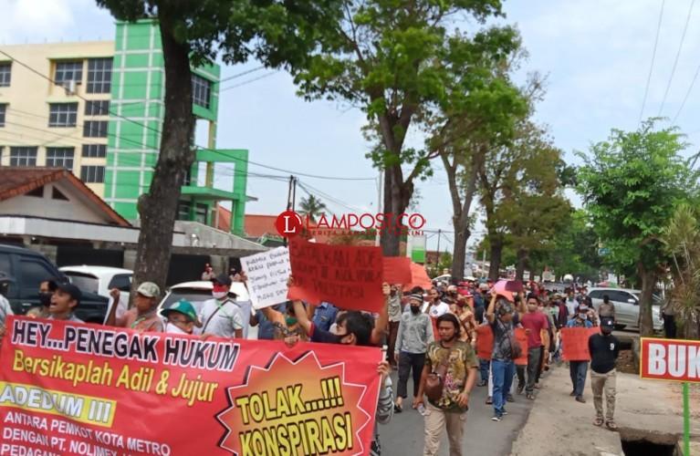 Ratusan Pedagang Pasar Shopping Demo Tolak Pembangunan Pagar Pembatas