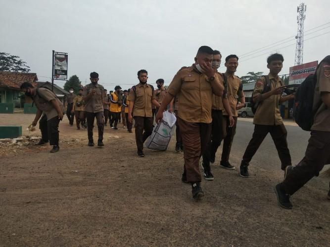 Ratusan Pelajar Tubaba Turun ke Jalan Bersihkan Sampah