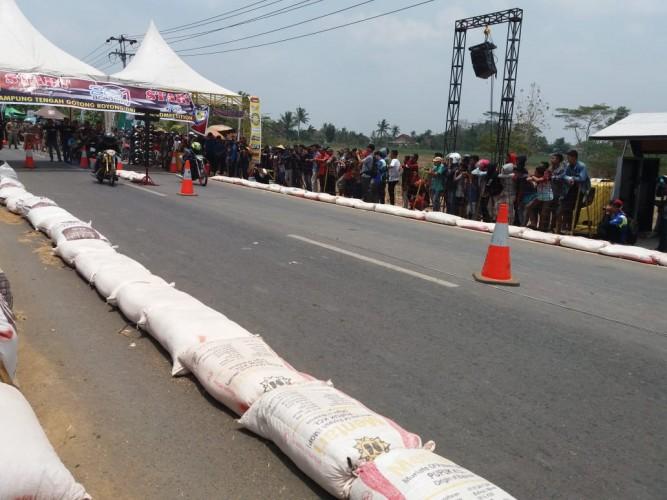 Ratusan Pembalap Adu Kecepatan di DragBike Lamteng