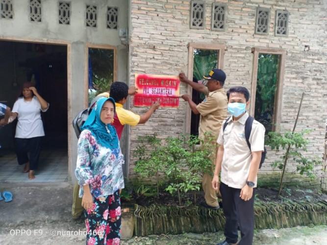 Ratusan Rumah KPM di Palasjaya Diberi Stiker Miskin