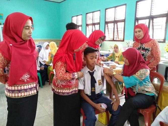 Ratusan Siswa SMPN 34 Bandar Lampung Ikuti Imunisasi MR