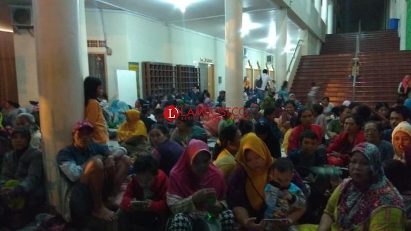 Ratusan Warga Pesisir Mengungsi ke Masjid Agung Al-Furqon