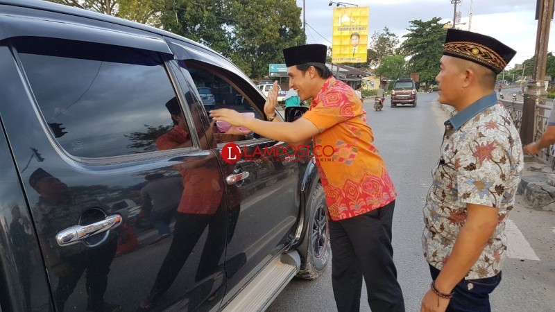 Rayakan Ultah, Wakil Bupati Tulangbawang Bagi-bagi Takjil