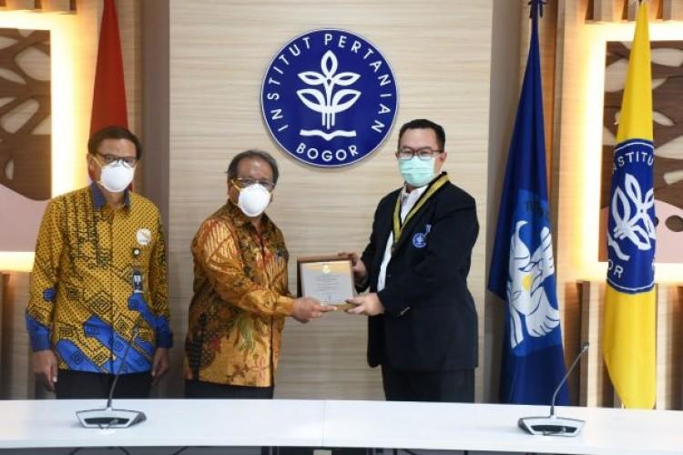 Rektor IPB Terima Penghargaan Itera Adi Karsa Madya