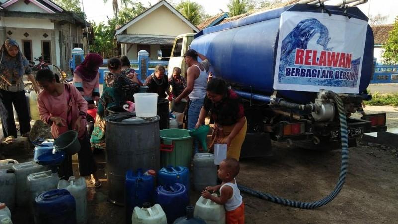 Relawan Komil Lampung Salurkan Bantuan Air Bersih