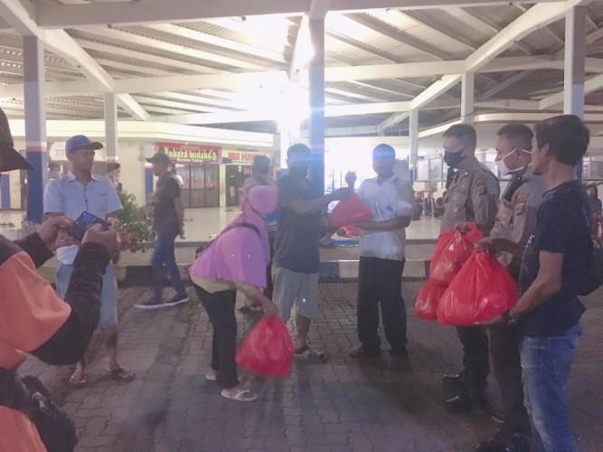 Relawan Literasi Bakauheni Bagikan Ratusan Nasi Bungkus ke Penumpang